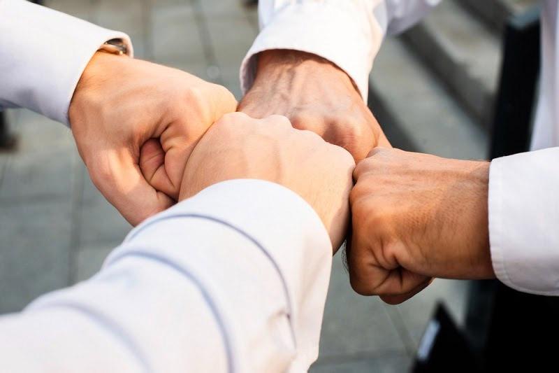 Como abrir uma empresa mãos cumprimentando negócios