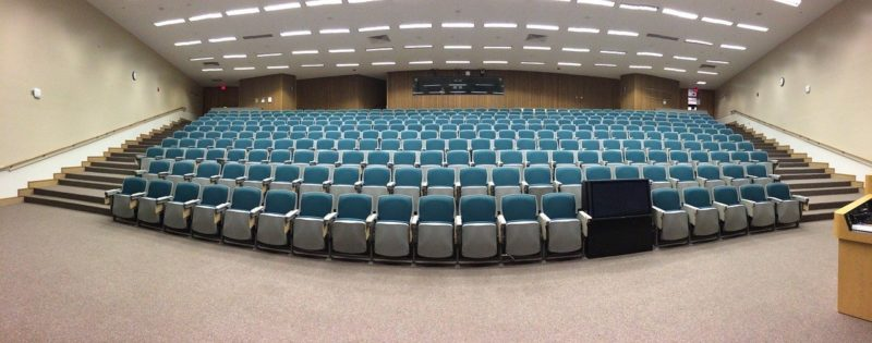 abertura de empresa - imagem de um auditório de como abrir uma empresa de palestra