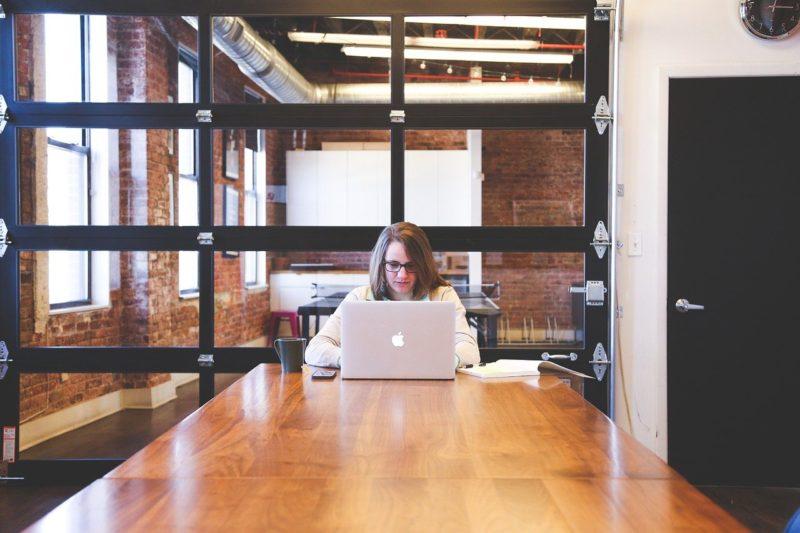 Funcionária trabalhando com contabilidade para marketing digital