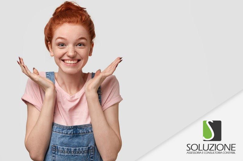 Como abrir uma agência de publicidade e propaganda mulher ruiva feliz