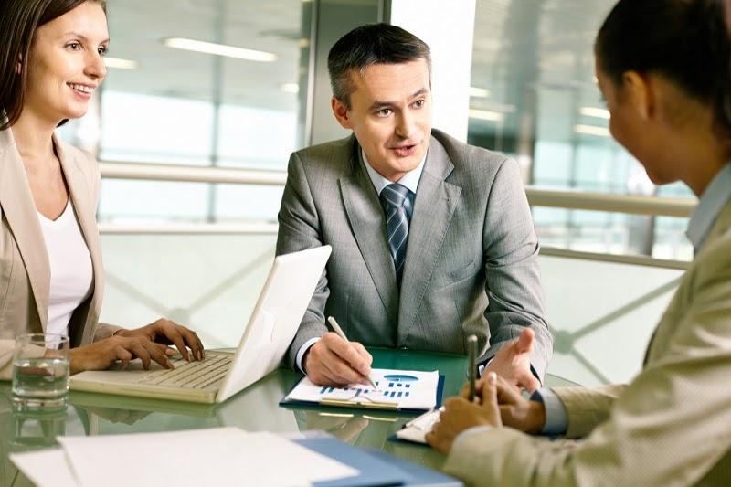 Como abrir uma empresa de consultoria consultores conversando mesa